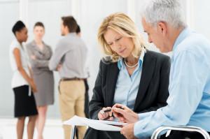 כיצד בוחרים עורך דין לצורך ייצוג משפטי בתביעות סיעוד נגד חברות ביטוח
